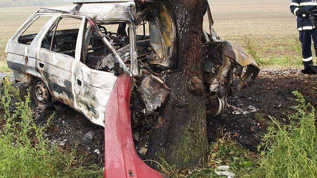 Forman začal po nárazu hořet. Řidič zůstal zaklíněný uvnitř