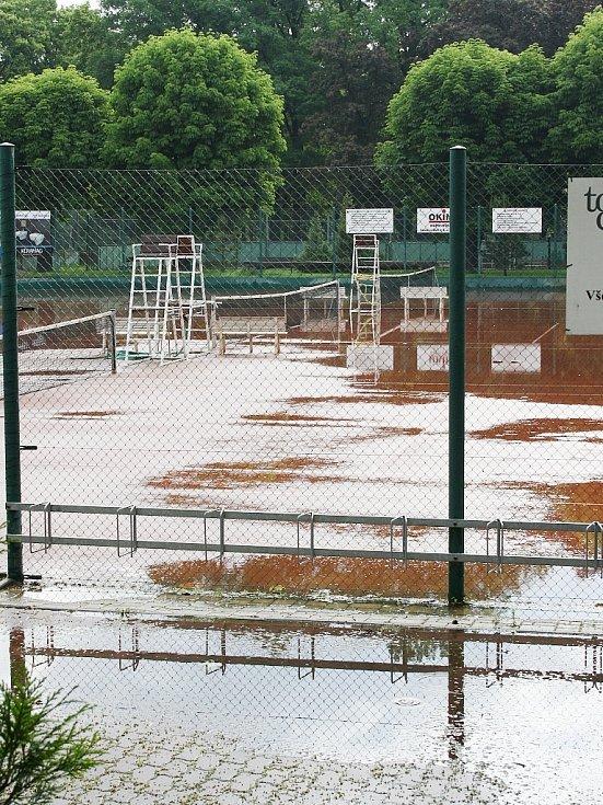 Rozvodněná Ohře v Lounech 4. 6. 2013. Voda ohrožuje také tenisové kurty