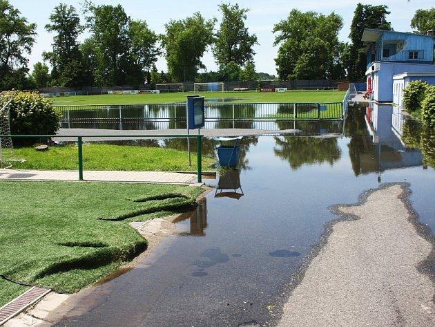 Středa 5. 6. 2013. Voda v areálu FK Louny