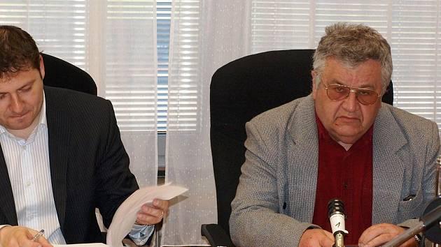 Obžalovaný Josef Ježek (vpravo) se svým advokátem čeká v soudní síni na vynesení rozsudku.