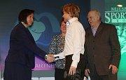 Nohejbalista Ondřej Vít přebírá cenu za vítězství v kategorii jednotlivci dospělí