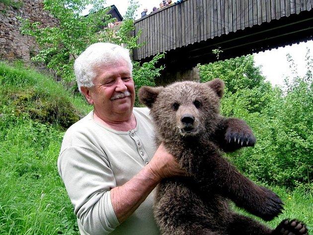 Na hradě Točník se konala akce s názvem Medvědi na hrad. Přilákala téměř 1200 návštěvníků a výtěžek ze vstupného podpoří stavbu nového medvědína pro huňáče z Veletic. Na hrad Točník přijel také Václav Chaloupek, který s medvíďaty natáčí nový seriál.