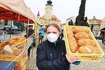 Žatec po několikaměsíční pauze opět hostil farmářské trhy. Trhovci se v pátek 16. dubna do města chmele vrátili po částečném rozvolnění protikoronavirových opatření.