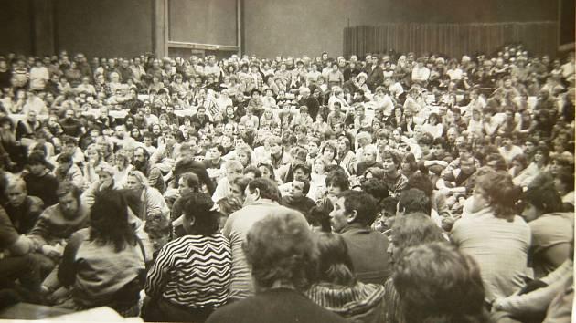 Shromáždění se během sametové revoluce v Žatci konala na dnešním náměstí Svobody (tehdy Velké říjnové socialistické revoluce), lidé se scházeli u morového sloupu.