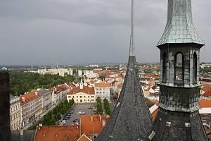 Pohled z ochozu věže kostela sv. Mikuláše v Lounech na tamní Mírové náměstí.