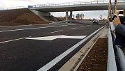 První auta projíždějí po úseku dálnice D7 mezi Postoloprty a Bitozevsí.