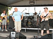 Fanoušci na festivalu Krásnej fest 2013, vystupuje kapela The Dioptrie z Kryr.