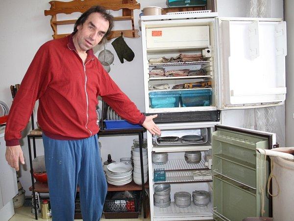 Miloslav Oborník chladničku využívá jen jako skříňku na utěrky a prázdné hrnce, protože už tři měsíce je bez elektřiny.