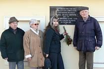 Ivanka Dvořáková, Eva Parkmanová a Jaroslav Bárta (zleva) pokládají květinu k pamětní desce skladatelům  Kopřivovým v Cítolibech.