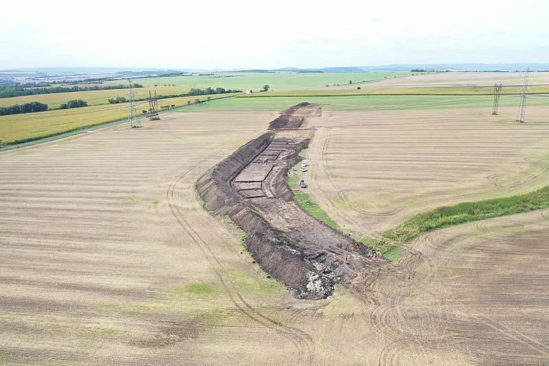 Letecký snímek na lokalitu Liběšovice, vdolní části snímku místo výzkumu raně středověké studny.