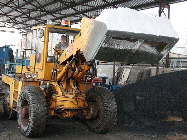 Nakladač vareálu Technické správy města Louny nabírá posypovou sůl