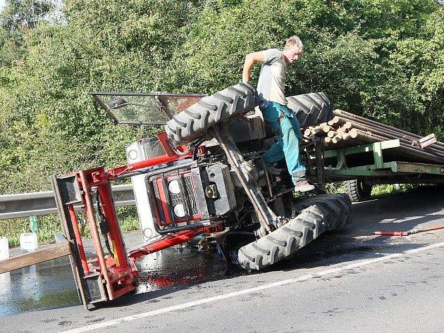 Traktor se v zatáčce u Trnovan převrátil na bok