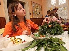 Školáci ze Základní školy Tuchořice se při stylové vánoční dílně pustili do výroby vánočních a adventních věnců a svícnů.