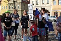 Pět desítek lidí se sešlo v úterý v podvečer u Morového sloupu na centrálním náměstí v Žatci.