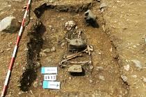 Dosud blíže nedatovaný hrob, který našli žatečtí archeologové při vykopávkách u Břežan.