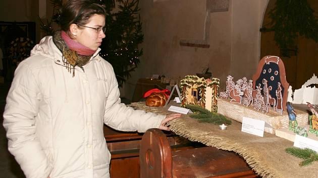 Petra Poncarová ukazuje sbírku betlémů, vystavenou v kostele v Dobroměřicích.