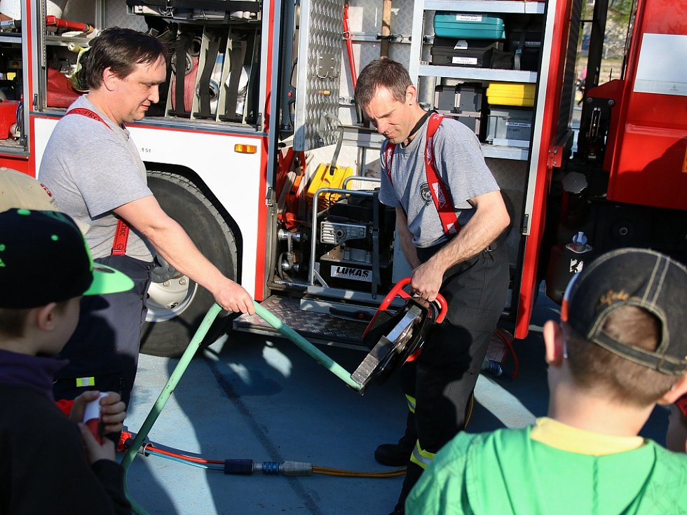 Pálení čarodějnic na lounském letním cvičišti. Přijeli i hasiči