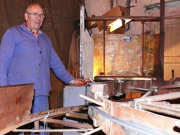 Zdeněk Hýř z Petrohradu zpracovává chmelový drátek na speciálním odměřovacím bubnu.