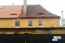 Opravená a neopravená část střechy žateckého kláštera