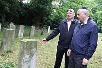 Velvyslanec Izraele Gary Koren (vpravo) si prohlédl židovský hřbitov v Žatci. Prováděl ho Petr Šimáček