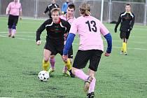 Utkání Kryry - Nové Sedlo na zimním fotbalovém turnaji v Žatci. Hráči Kryr jsou v černých a jejich soupeři v růžových dresech.
