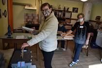 Mezi prvními, kdo přišel volit v malých Rvenicích u Postoloprt, byla Martina Korčoková.