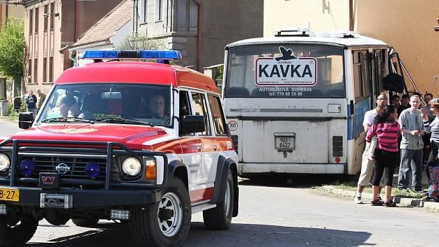 Vážná dopravní nehoda autobusu s desítkami raněných ve Velemyšlevsi na Lounsku.
