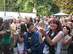 Fanoušci na rockové scéně Vábení v restauraci Stromovka v roce 2012. Právě je těší vystoupení Krausberry