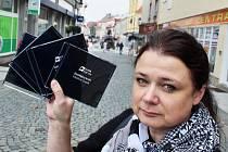 Iveta Francírková ukazuje v Lounech některé načtené knihy a CD do projektu Slyším, tedy čtu.