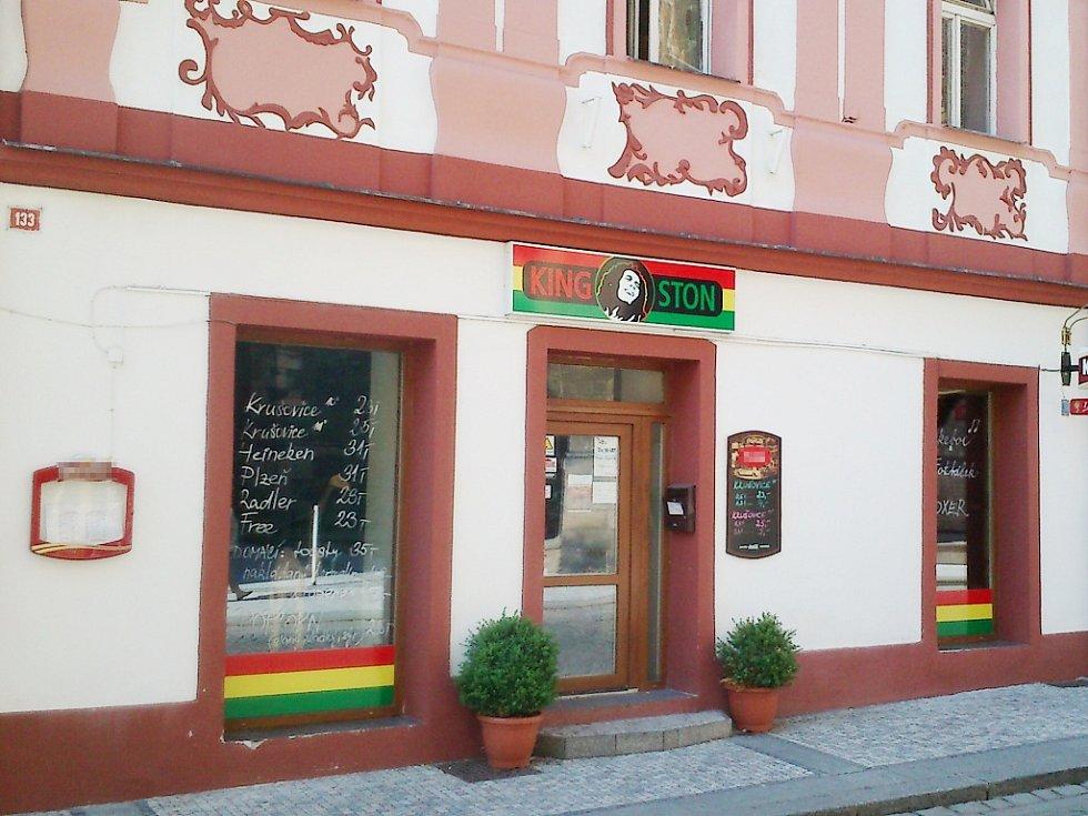 Bar Kingston v lounské ulici Beneše z Loun. Objekt je v povědomí veřejnosti jako Vikárka