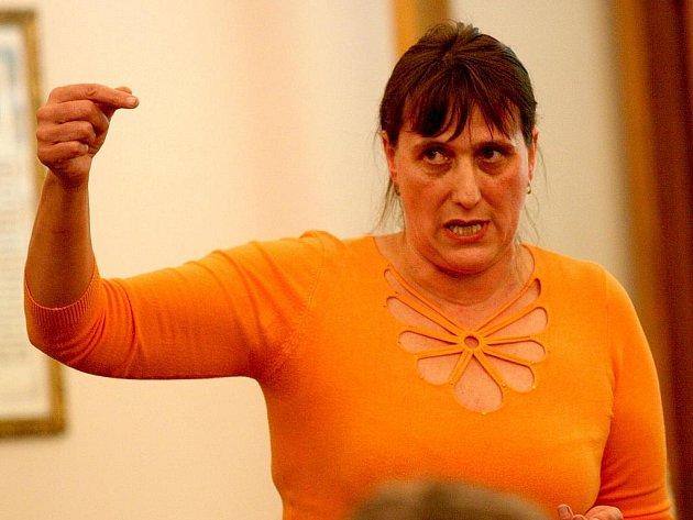 Ivana Vírová z Chomutovské ulice hovoří na zasedání žateckých zastupitelů.
