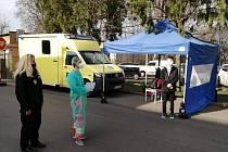 Vstup do žatecké nemocnice hlídají strážníci.