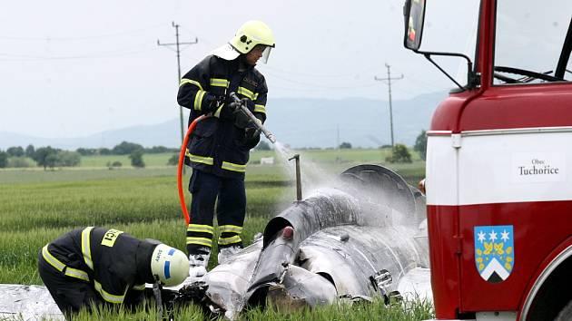 Hasiči zasahují u havarovaného letadla v Čeradicích.