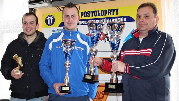 Nejlepší střelec turnaje Tomáš Beránek z Kryr, kapitán fotbalistů Havranu Kryry a sekretář pořádajícího FK Postoloprty Lubor Andreas (zleva).