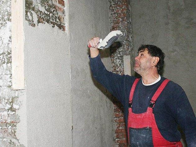 Řemeslník Zdeněk Hemelík pracuje v interiéru budoucí nové galerie v Lounech.
