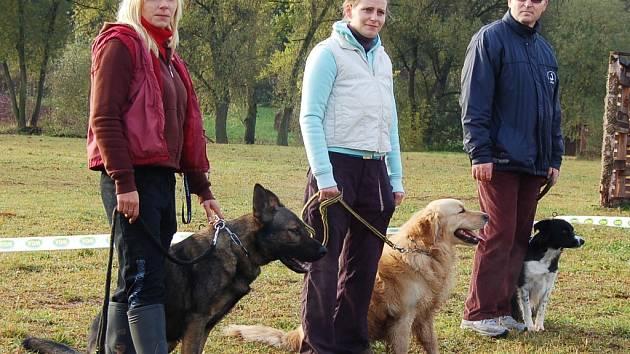 Před soutěží se v Kryrech konal slavnostní nástup psů. Na závod se těšila také Tereza Skalická se svým vlčákem (vpředu).