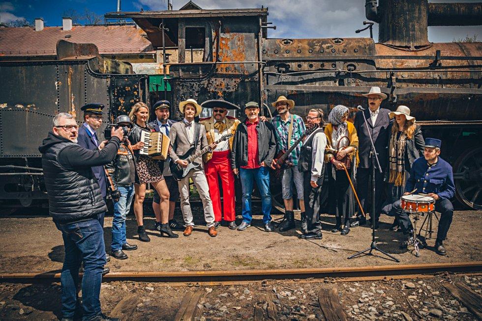 Kapela Revival banda – třísestrovský revival opět koncertuje a natočila nový klip k původně české lidové písni Ku Praze uhání vlak.