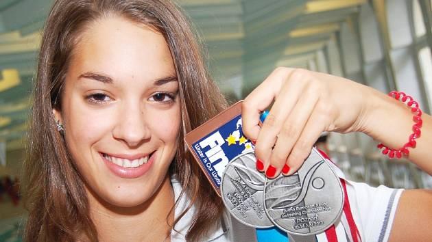 Lucie Svěcená s medailemi ze šampionátu v Poznani a z mistrovství světa v Dubaji