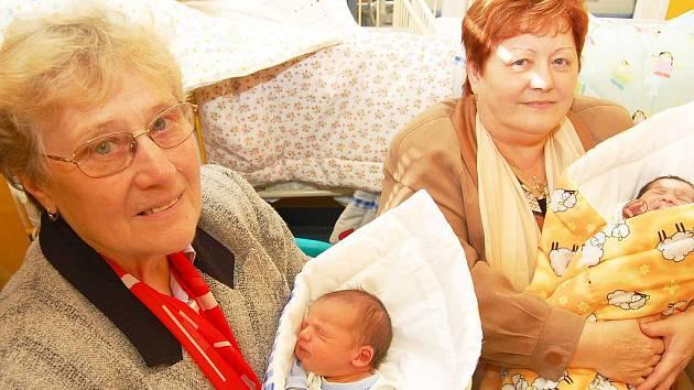 Miminka v nových zavinovačkách si pochovaly také Jarmila Brchaňová ( vlevo) a Jiřina Weissová.