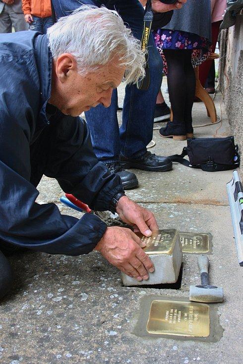 Samotného uložení tří památných kamenů se ujal architekt Ivo Suslik