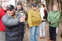 Richard Kadeřábek (vlevo) vysvětluje žateckým turistům trasu sobotního pochodu Zimní krajinou.