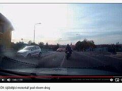 Snímek z videa Policie ČR na portálu YouTube, které zachycuje honičku s motorkářem po Lounech
