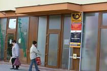 Vchod do poštovní pobočky v Podměstí.