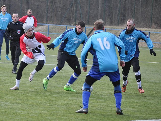 Fotbalisté Postoloprt zakončili turnaj duelem s Tuchořicemi (v modrém) výhrou.