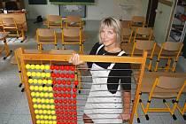 Učitelka Zděnka Pejšová připravuje počítadlo ve třídě ZŠ Petra Bezruče v Žatci. Ve škole přivítají v pondělí čtyřicet prvňáčků.