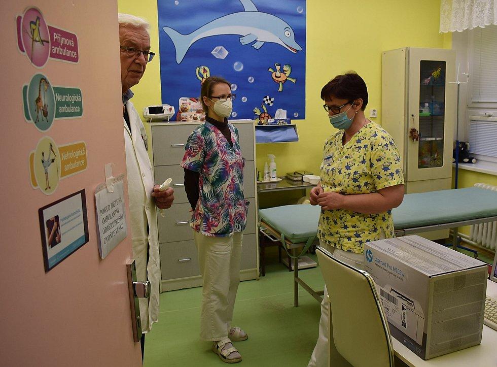 Očkovací centrum v žatecké nemocnici se přestěhovalo z oddělení šestinedělí na dětské.