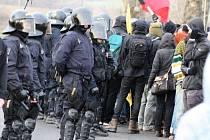 Zhruba sedm desítek lidí přijelo v sobotu 5. prosince demonstrovat do Drahonic u Lubence k tamnímu detenčnímu zařízení pro uprchlíky. Protestující žádali propuštění zadržovaných uprchlíků. Setkání museli hlídat policisté.