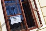 Pět set roušek pro obyvatele Loun směřovalo v pondělí 23. března do městské knihovny, kam si pro ně může zajít, kdo potřebuje zajít. Vydávají se přes okno.
