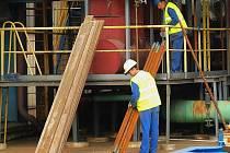 Dělníci demontují lešení na výrobním bloku B3 při dokončování  primárního opatření pro snížení úletu  oxidů dusíku.