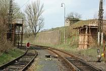 Na mostě přes železniční trať Žatec – Plzeň se od podzimu nepracuje. Dělníci by se tam měli objevit během měsíce.
